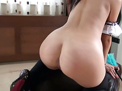 Close up round ass house maid fucking with cleaning utensils